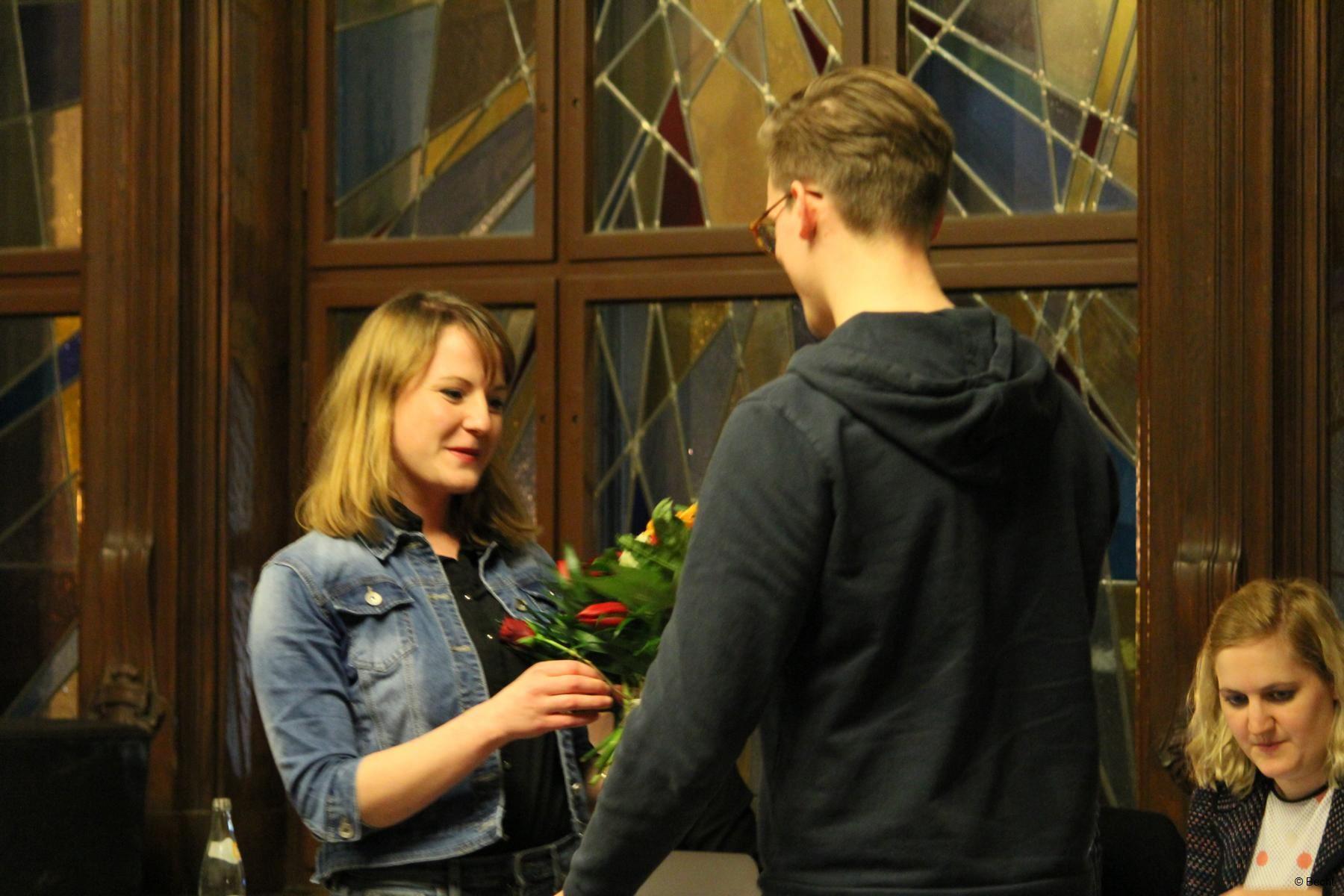 Peter gratuliert Annika zur Wiederwahl
